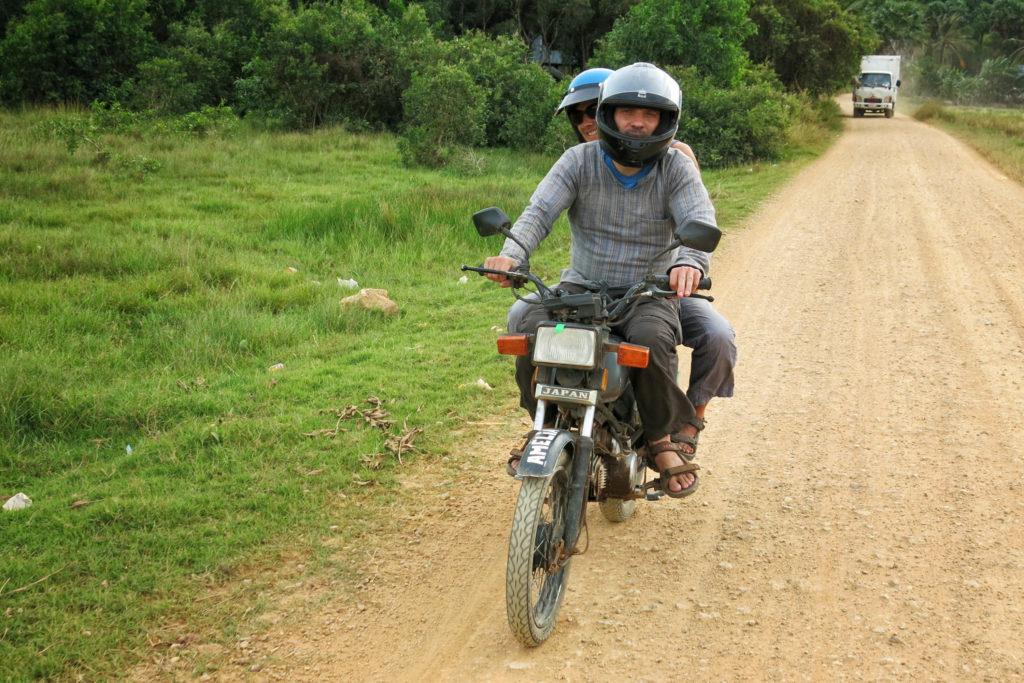 Wir kaufen uns in Laos ein Motorrad und reisen damit bis nach Kambodscha