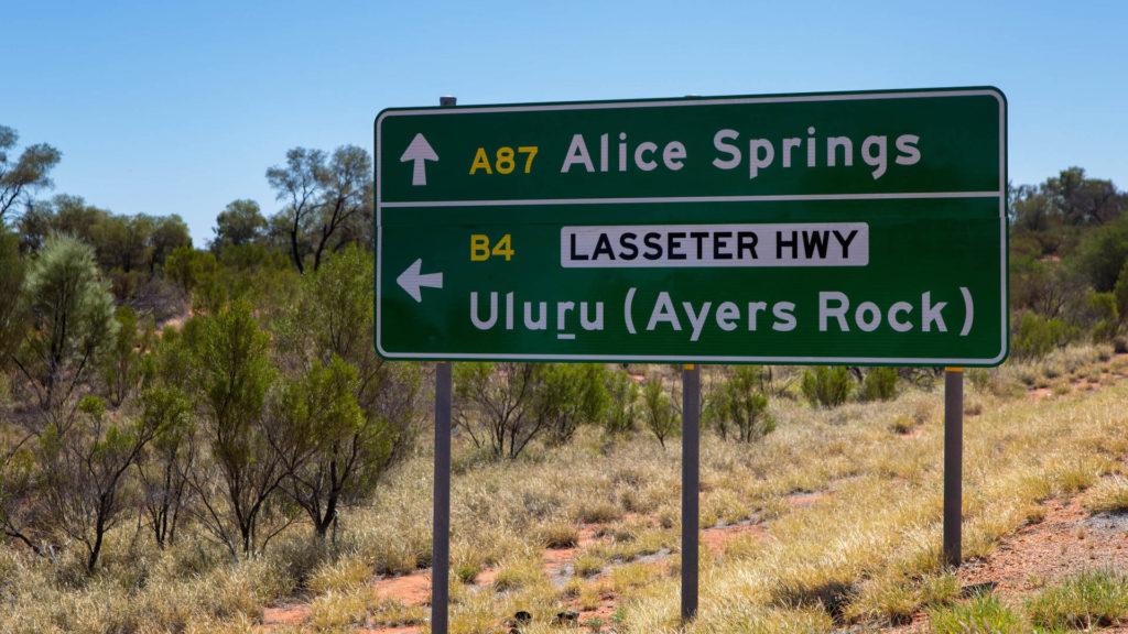 Gabelung Stuart Highway - Lasseter Highway Roadsign
