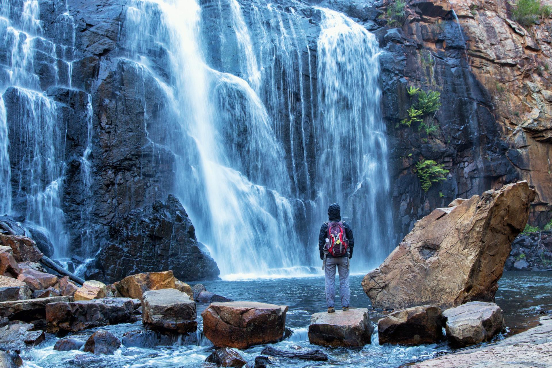 Person vor Wasserfall - Wandern in den Grampians, Australien