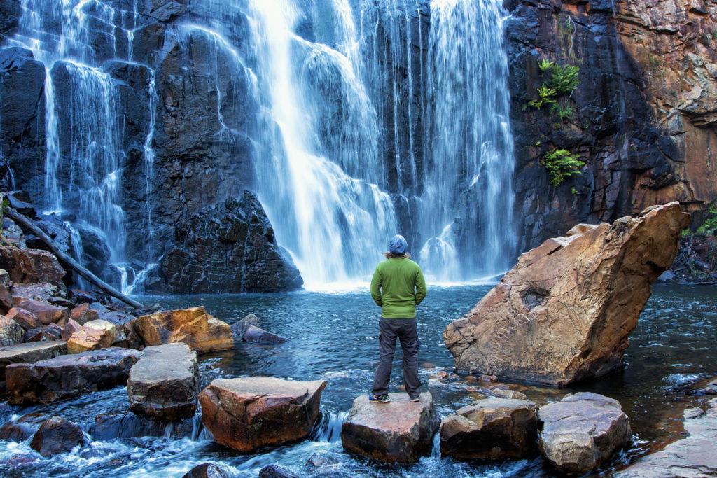 Person vor Wasserfall im Grampians Nationalpark, Australien