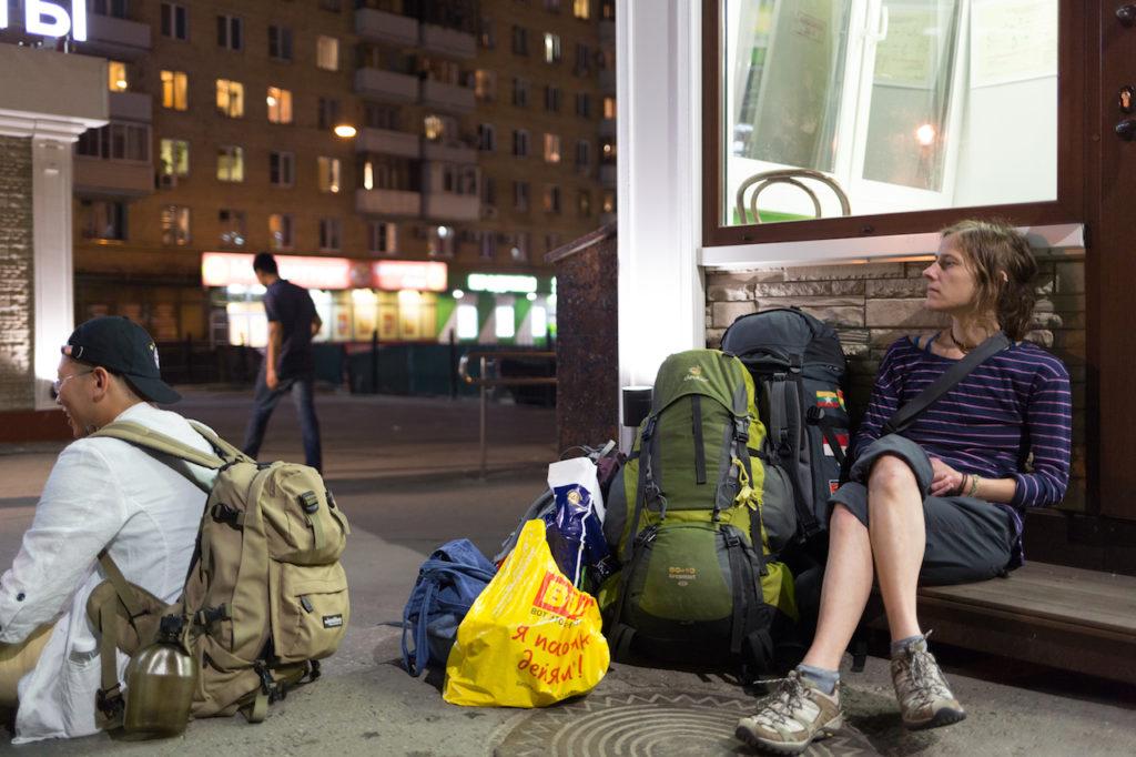Warten am Bahnhof in Moskau auf die Reise mit der Transsib