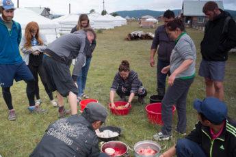 Die mongolische Küche, ein Schaf wird geschlachtet, Mongolei