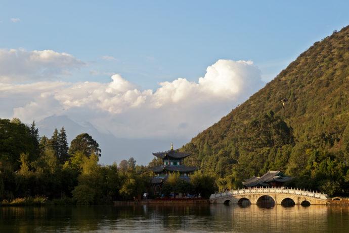 Der Park des Teichs des schwarzen Drachens in Lijiang