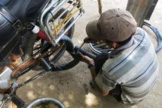 Reifenpanne kurz vor Phnom Penh