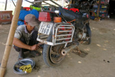 Reifenpanne auf dem eg nach Phnom Penh Honda Win