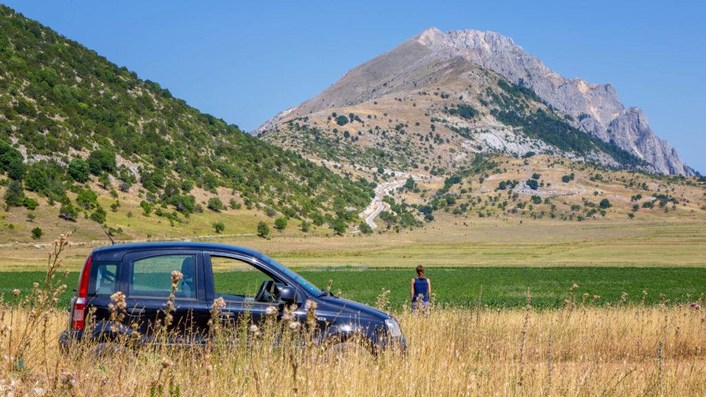 Auto vor Bergkulisse in Albanien - Zu erwatendes Panorama bei Rundreise in Albanien