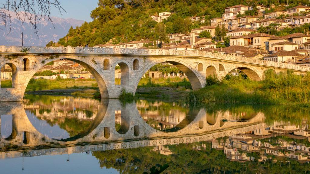 Berat - Die alte osmanische Steinbogenbrücke Ura e Goricës