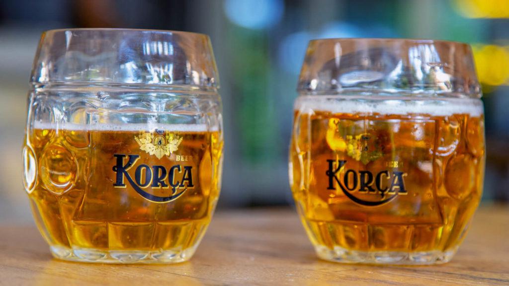 Zwei halbvolle Gläser Korca Bier