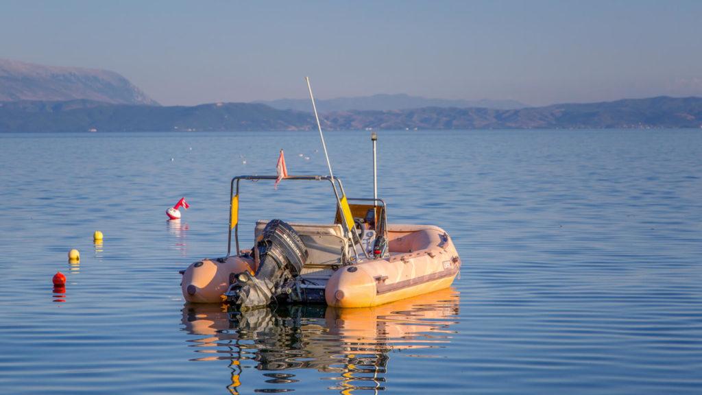 Boot auf dem Orhidsee bei Camping Erlin, Albanien