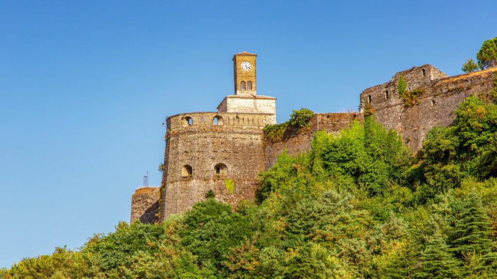 Gjirokastra in Albanien - Blick auf die alte Festung und den Uhrturm