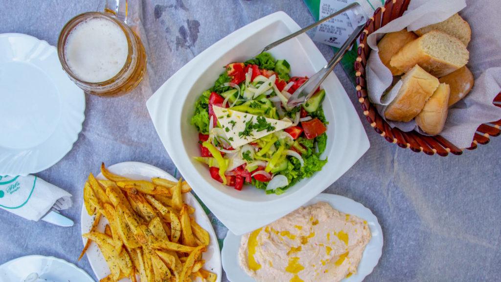 Speisen im Biergarten der Brauerei Korca