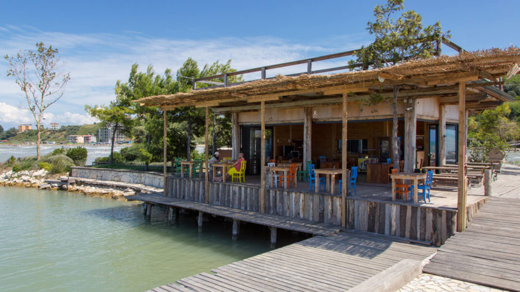 Das Restaurant aud der künstlichen Insel von Camping Pa Emer