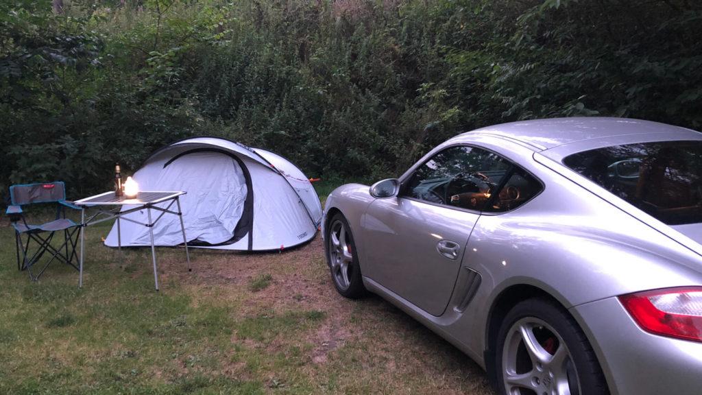 Camping mit Sportwagen auf dem Weg mit dem Auto nach Norwegen