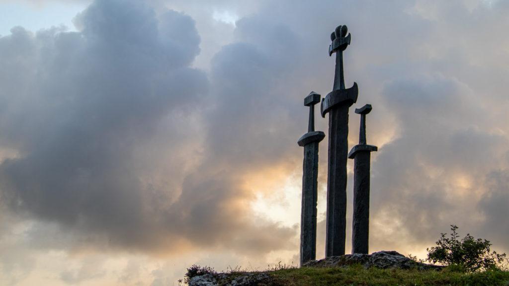 Denkmal Drei Schwerter im Berg im Abendlicht in Stavanger Norwegen