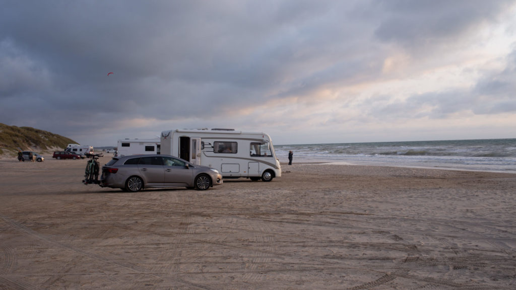 Parken am Strand in Hirtshals- Roadtrip mit dem Auto nach Norwegen