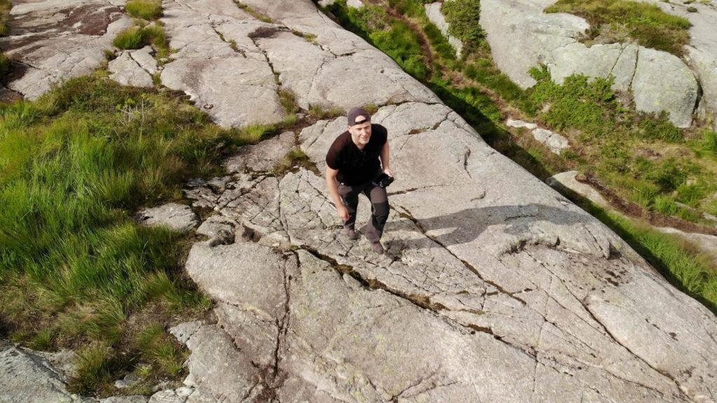 Jens wandert auf dem Wanderweg zum Preikestolen Luftaufnahme