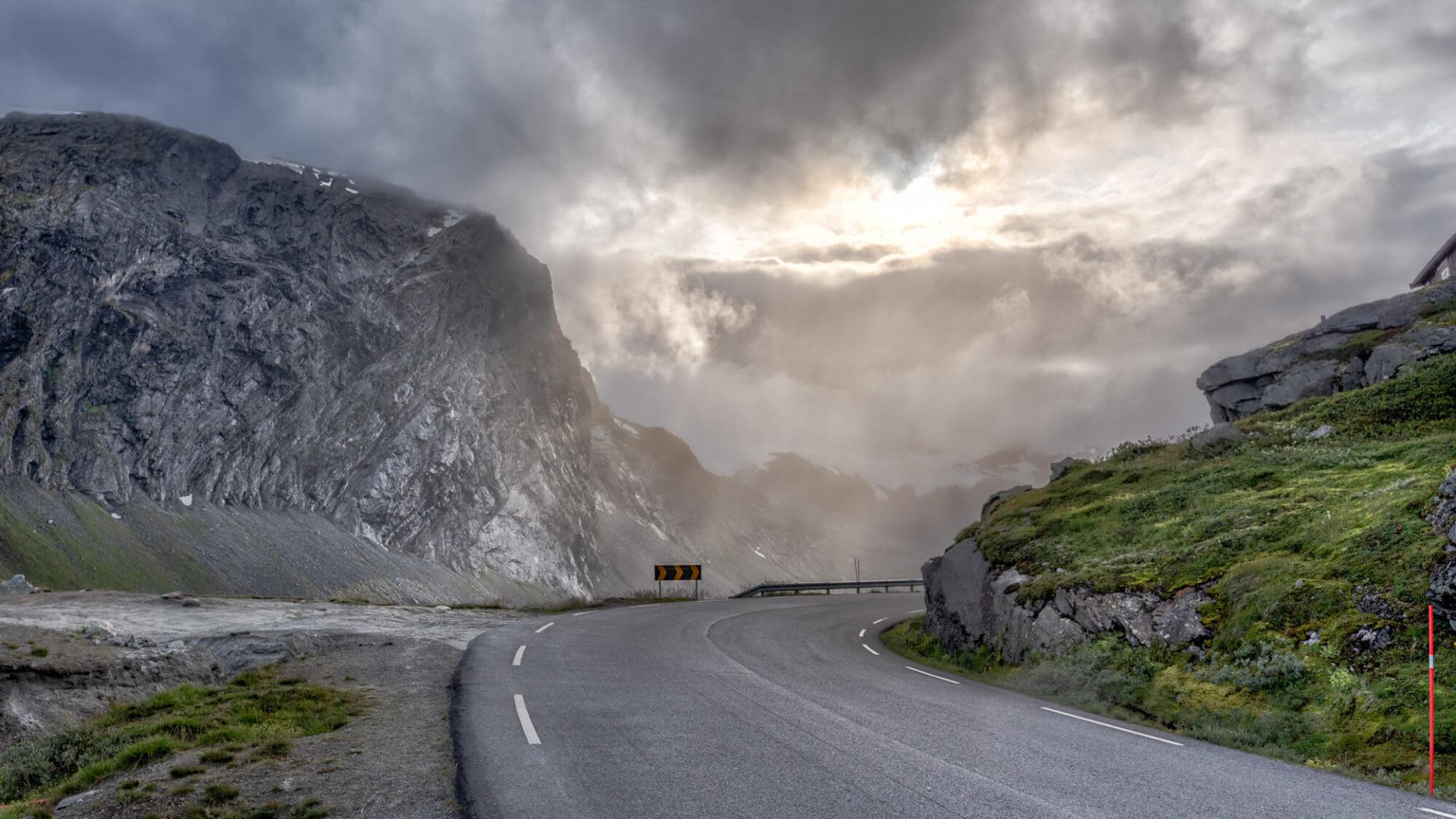 Strasse in Norwegen - Mit dem Auto nach Norwegen