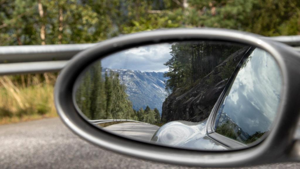 Blick in den Spiegel während der Fahrt mit dem Auto nach Norwegen