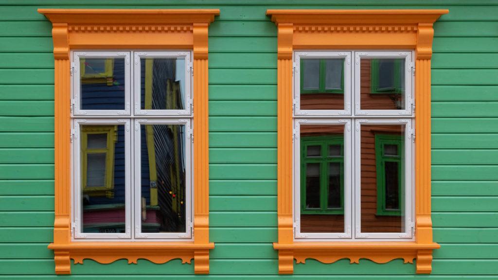 Fenster in der Colorful Street in Stavanger- Mit dem Auto nach Norwegen
