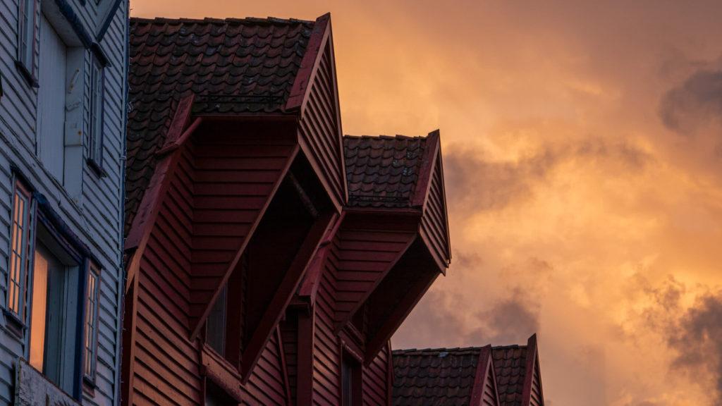 Sonnenuntergang an den Speicherhäusern am Hafen in Stavanger Norwegen während der Reise mit dem Auto nach Norwegen