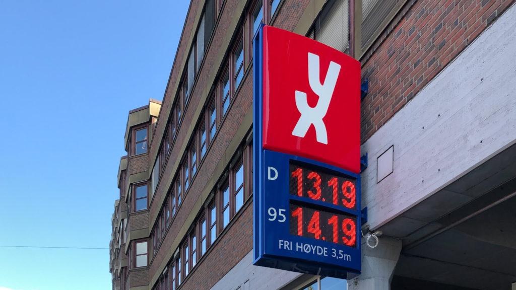 Schild mit Benzinpreisen in Norwegen - Reisetipps