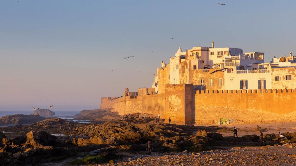 Blick auf Essaouira an der Atlantikküste und die Stadtmauer im Abendlich - Marokko Reisetipps
