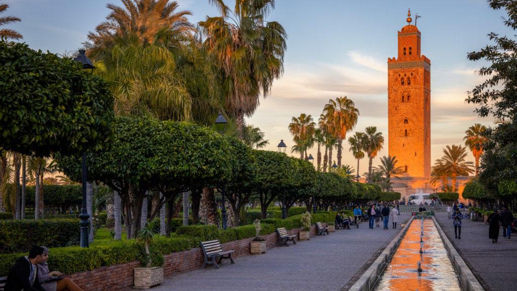 Minarett der Koutoubia Moschee in Marrakesch bei Sonnenuntergang - Marokko Reisetipps