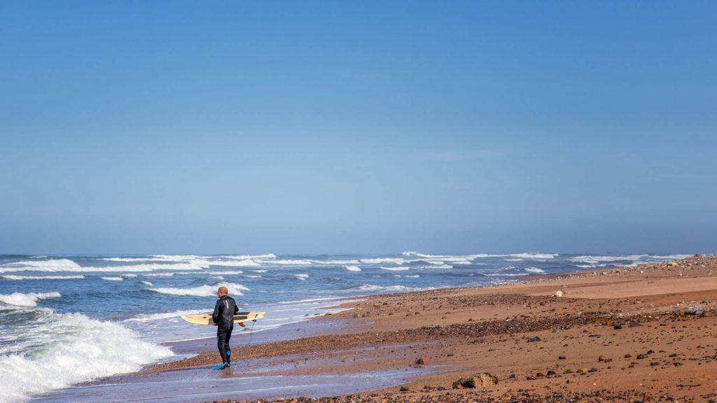 Surfer am Strand von Sidi Ifni Marokko