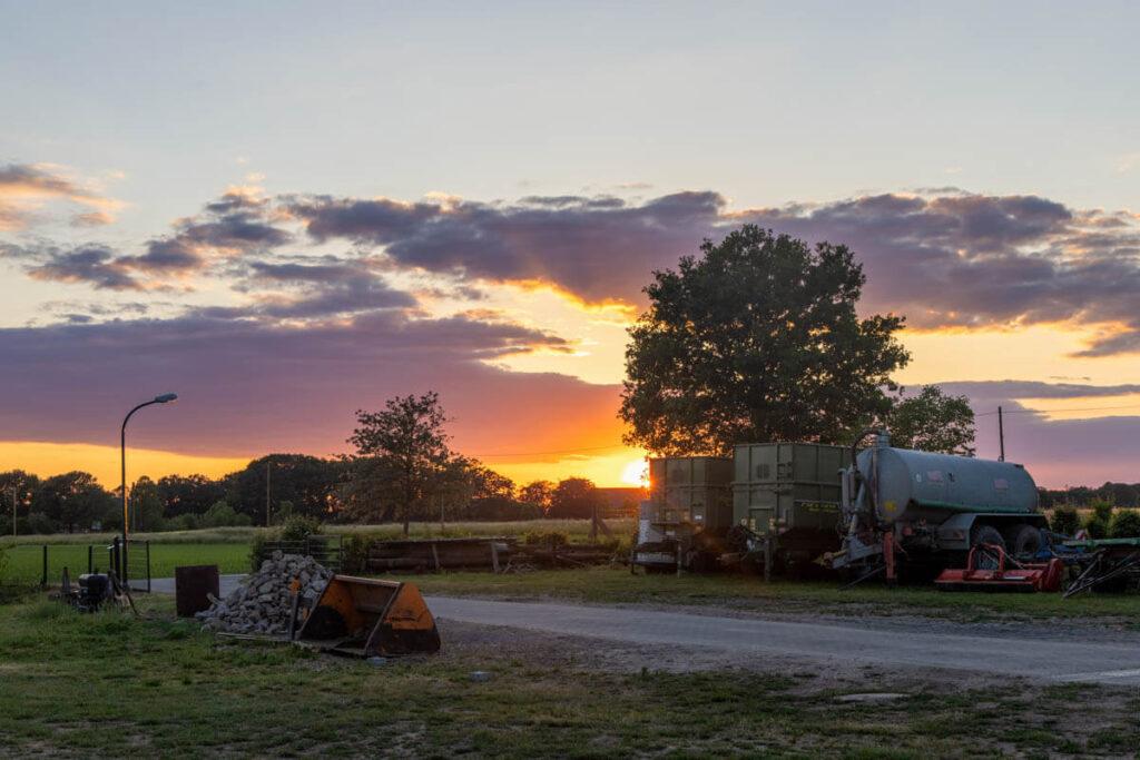 Blick auf den Sonnenuntergang auf dem Spargelhof Miermanns Scheune