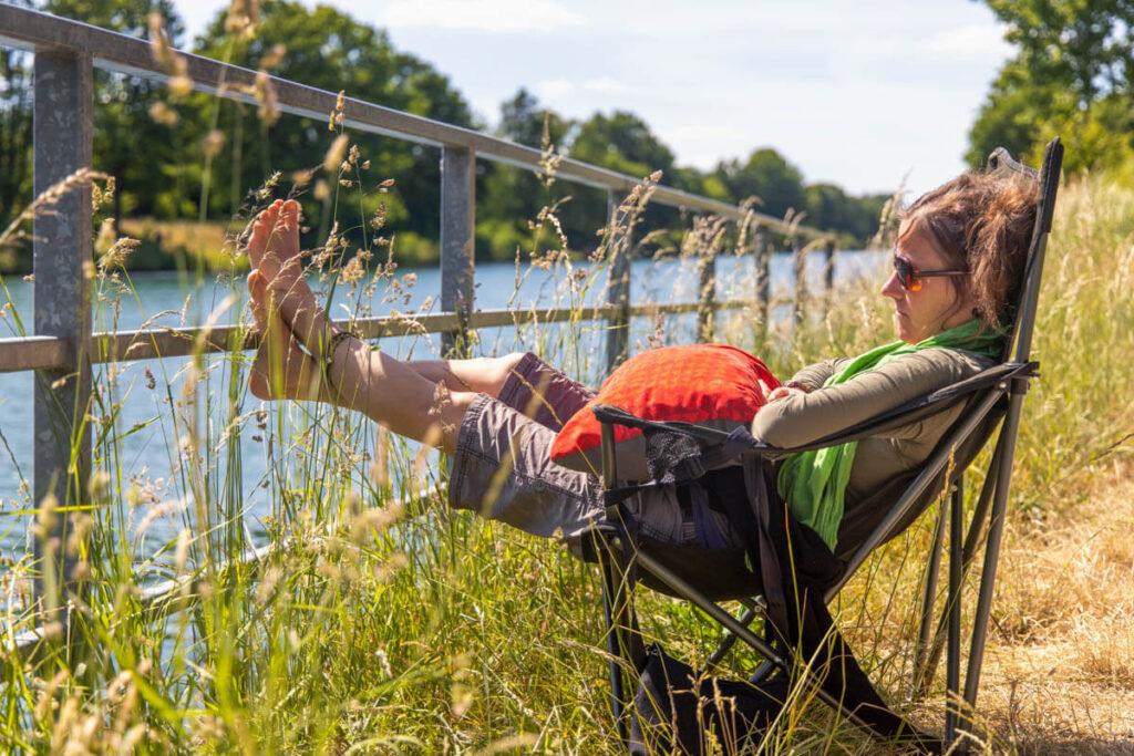 Pause im Campingstuhl mit Blick auf den Wesel-Datteln-Kanal