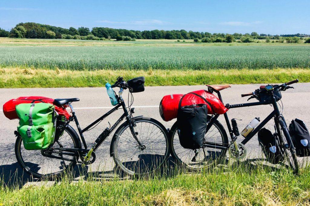 Fahrräder vor dänischer Landschaft - Radtour durch Dänemark