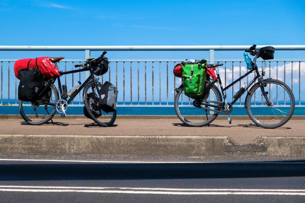 Geparkte Fahrräder vor Meer in Dänemark wärhernd Radtour durch Dänemark
