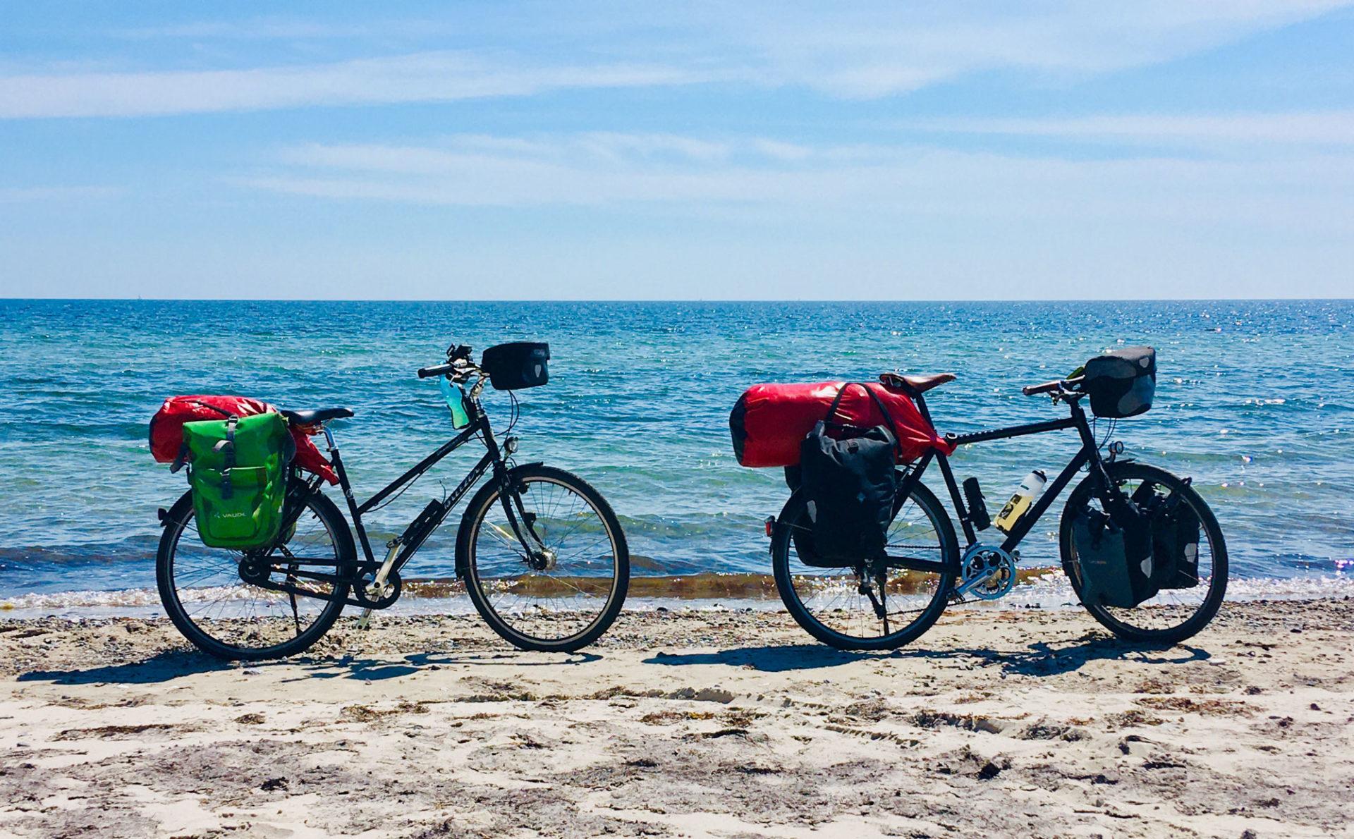 Fahrräder am Strand bei Radtour durch Dänemark in der Dänischen Südsee