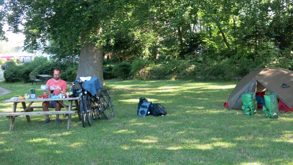 Kaffee kochem morgens beim Camping - Radtour durch Dänemark