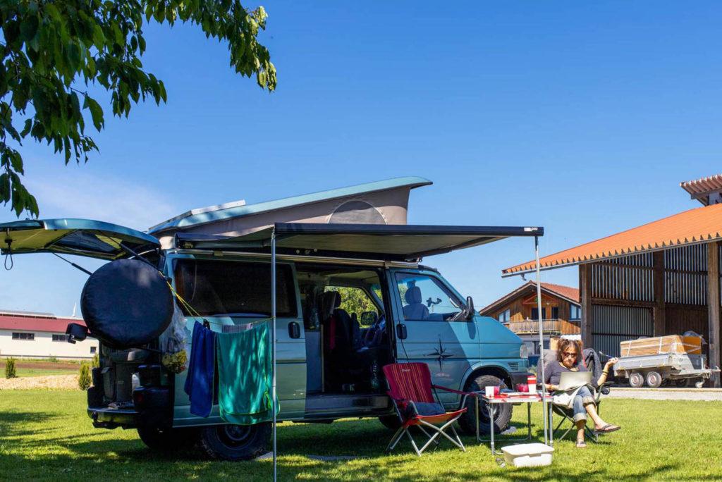 Camping mit dem VW-Bus beim Winzer auf dem Hofgut Grimm