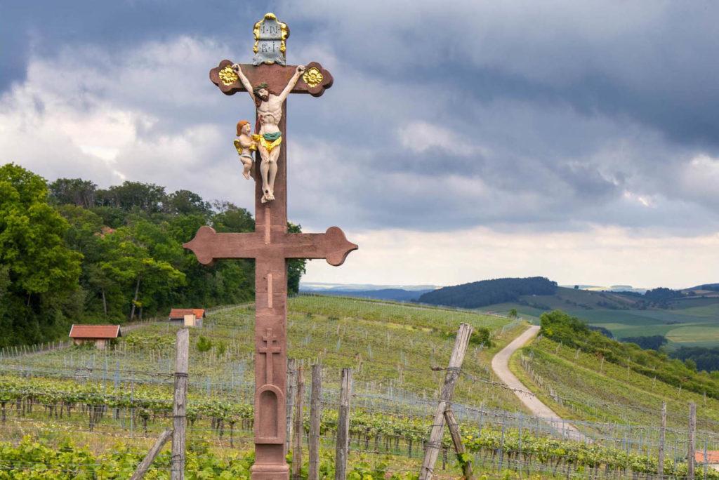 Caravacakreuz mit doppeltem Querbalken in den Weinbergen bei Külsheim
