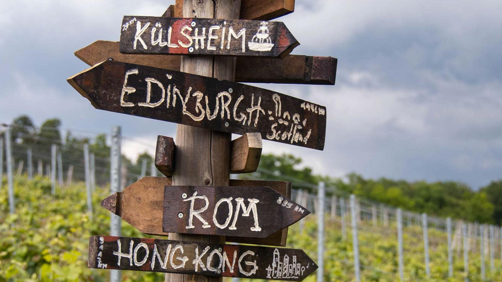 Richtungsweiser: Hong Kong, Rom, Edinburgh, Külsheim - Urlaub beim Winzer