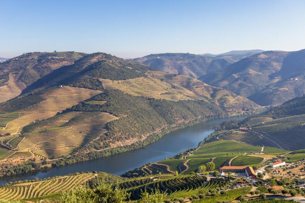 Blick auf den Rio Douro und die Weinberge im Douro-Tal