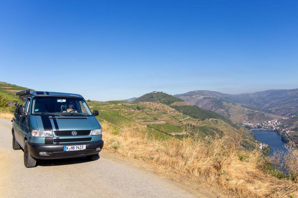 Mit dem VW Bus am Aussichtspunkt mit Blick auf das Douro-Tal und Pinhã0