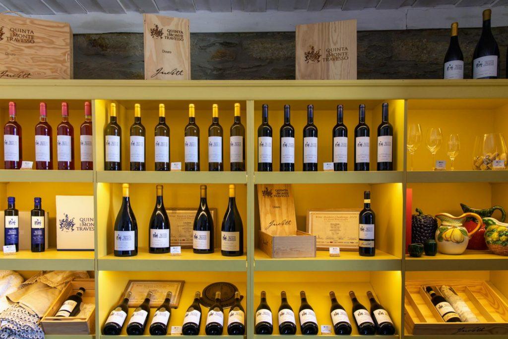 Weinregal auf dem Weingut Quinta Travesso