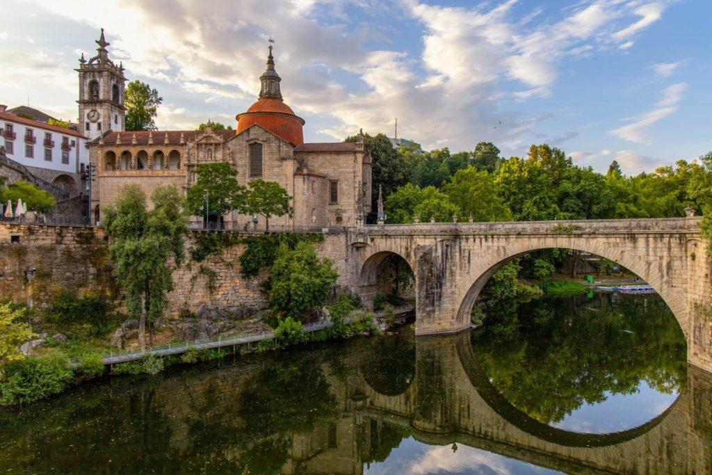 Blick auf die Ponte de São Gonçalo und das Kloster in Amarante am Rio Tâmega in Portugal