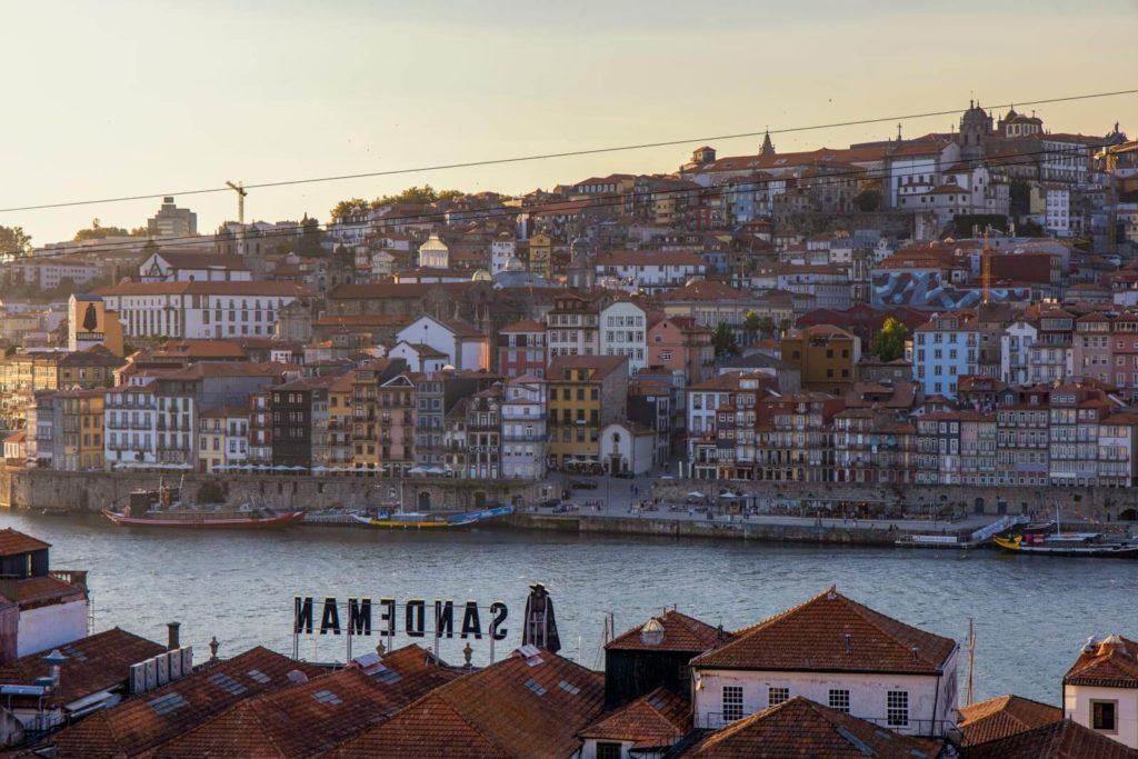 Blick auf die Altstadt von Porto und den Douro und das Sandenman Logo