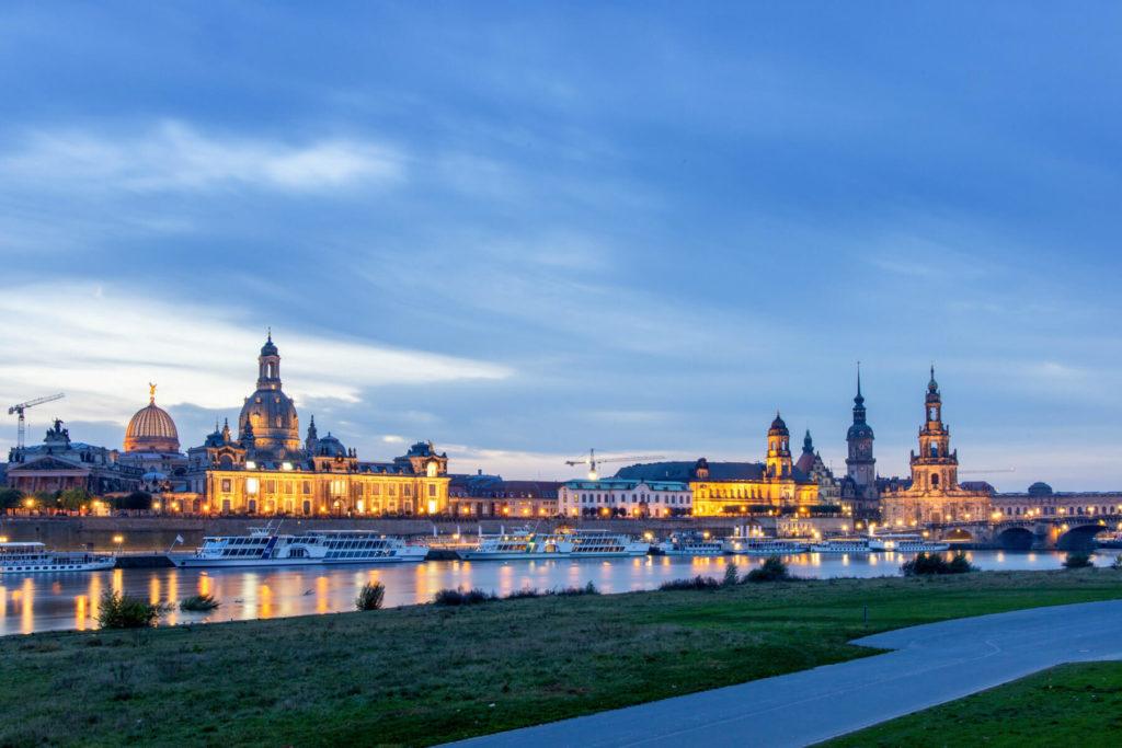 Blick auf Dresden im Abendlicht zur Blauen Stunde - Mit dem Wohnmobil in die Sächsische Schweiz