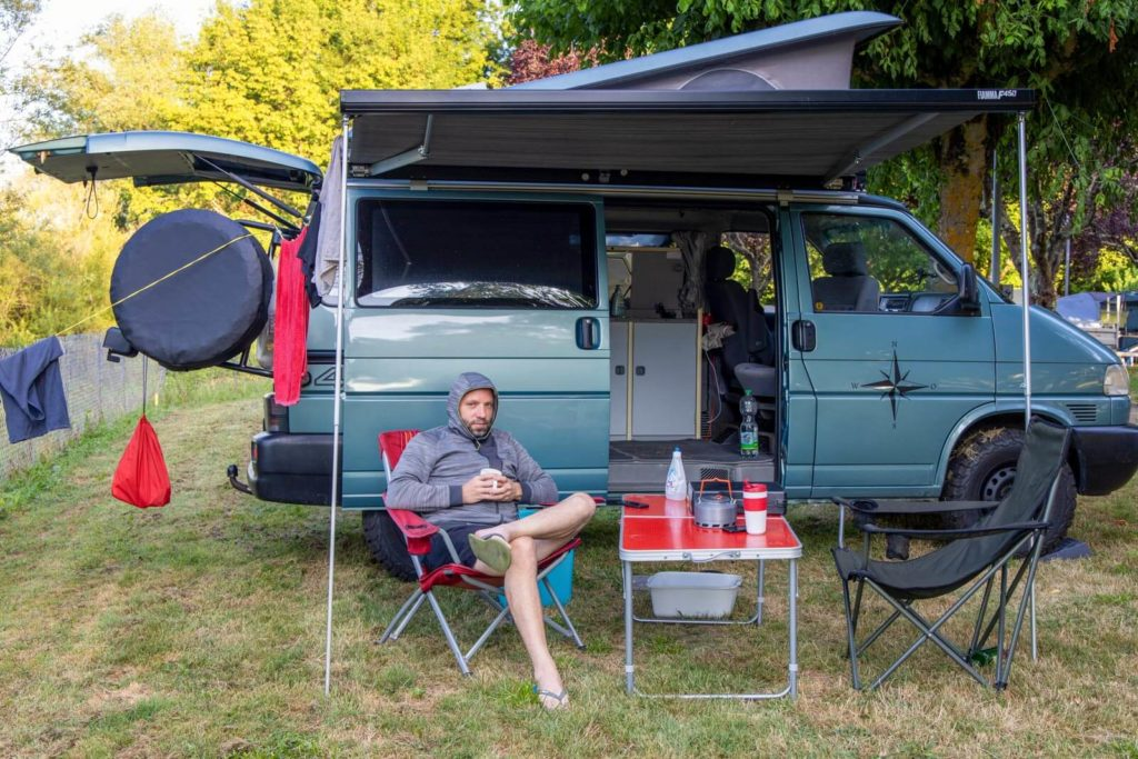 VW-Bus T4 Syncro California Coach auf Campingplatz in Saint Terre Frankreich