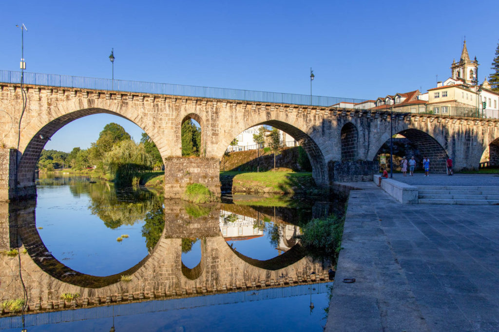 Brücke mit Spiegelung im Fluß in Ponte da Barca Nordportugal