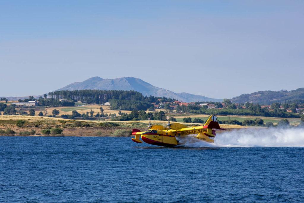 LöAuf dem Rabagão-Stausee in Nordportugal tankt ein Löschflugzeug der spanischen Feuerwehr auf