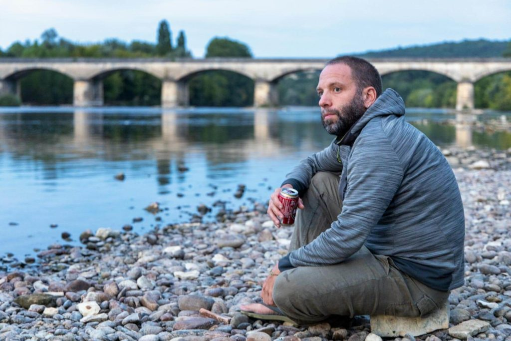 Mit Bier am Strand der Dordogne am Camping Le Port de Siorac im Dordogne-Tal