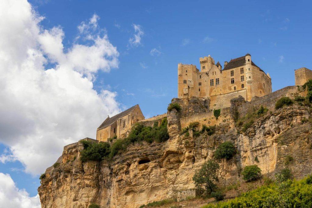 Blick auf die Burg Beynac im Dordogne-Tal
