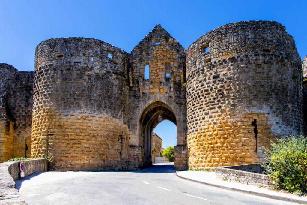 Das Stadttor von Domme im Dordogne-Tal