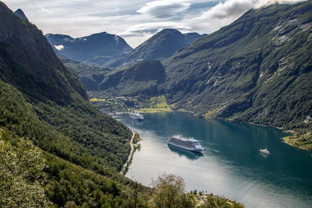 Blick auf den Geirangerfjord und Schiff - Norwegen Roadtrip